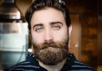 Mann mit Bart nach nass Rasur