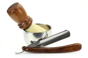 Zubehör für eine Rasur - Pinsel, Schale, Rasiermesser