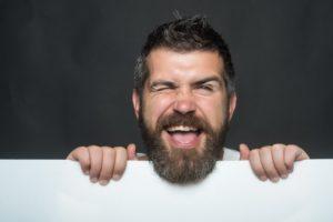 netter Mann mit Bart